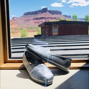 NWT 💕Toms silver glitter classic slip on shoe